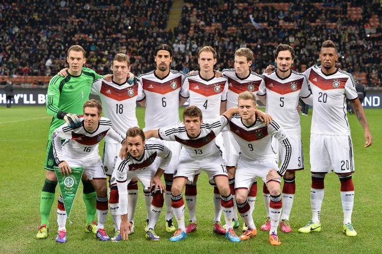 Cameron kämpft gegen teure Fußballtrikots - Merkel nicht (© 2014 AFP)
