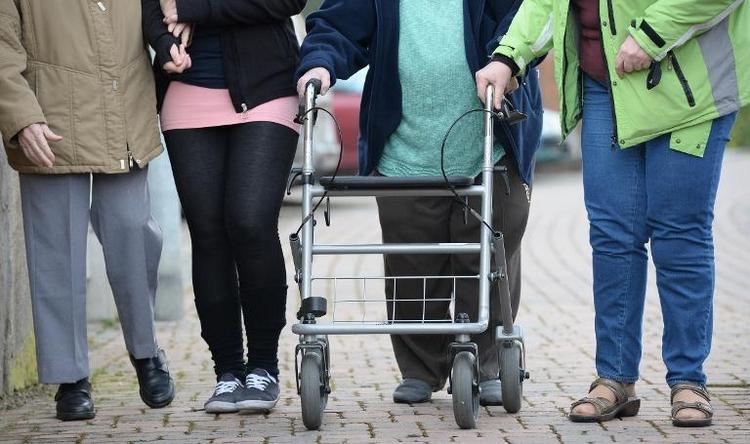 Gröhe will Pflegenotstand mit großer Reform begegnen (© 2014 AFP)