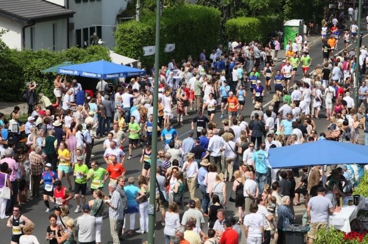 Tausende säumen die Marathonparty in der Fritz-Wüst-Strasse (xity-Foto: P.I.)