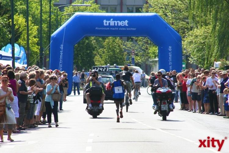 """Das Marathonfest auf der """"Aluminum-Meile? bei Kilometer 27 (xity-Foto: M. Völker)"""