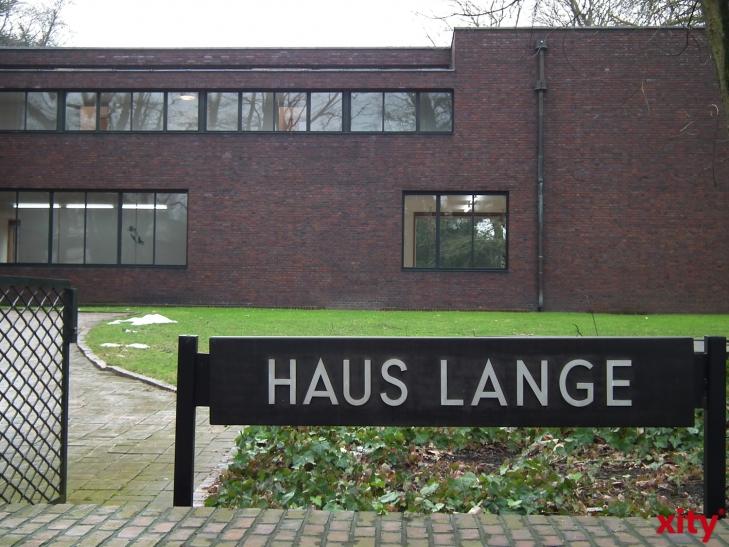 """Der in Düsseldorf lebende Bildhauer Markus Karstiess, Jahrgang 1971, präsentiert mit seiner 20-teiligen Installation """"Boxes, 2013, 2014"""" eine Arbeit aus Ton und Glas. (xity-Foto: E. Aslanidou)"""