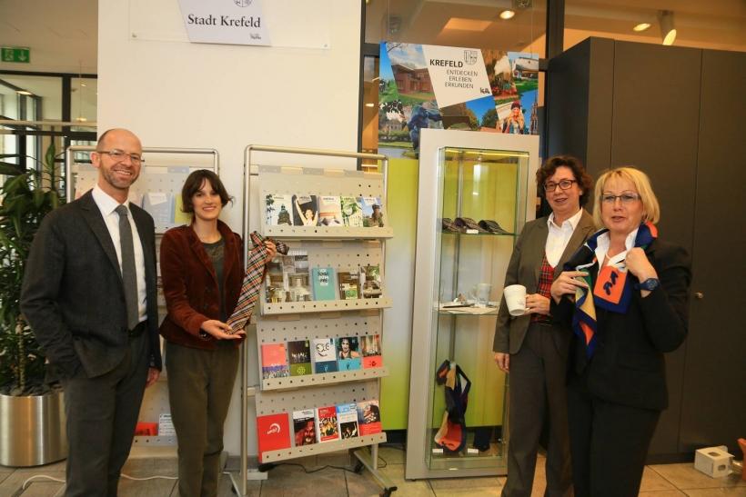 Touristische Infos und Krefeld Souvenirs jetzt auch im SWK-Kundencenter. (Foto: Stadt Krefeld)