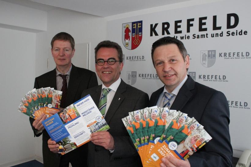 OB Gregor Kathstede und die GSAK Krefeld werben mit einem neuen Flyer für ein sauberes Krefeld. (xity-Foto: E. Aslanidou)
