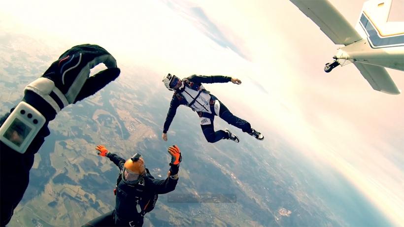 Selbstfindung: Nach dem Verlassen des Flugzeugs müssen sich die Skydiver erst einmal sortieren. Foto: Stefan Gessner
