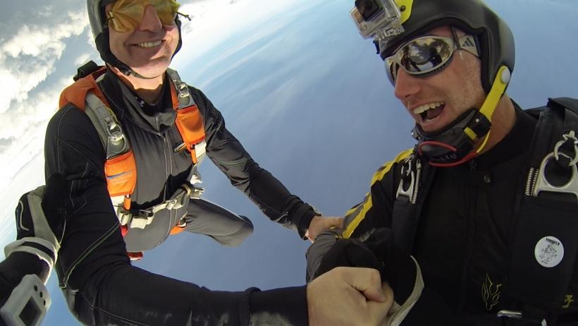 Welchen schlüpfrigen Witz Mathias Kraft (rechts) seinem Teamkollegen  Stephan Abel in 3500 Meter Höhe bei Tempo 300 gerade erzählt, wissen wir nicht. Der Fotograf  jedenfalls ist aber ganz dicht dran am Motiv. Foto: Stefan Gessner