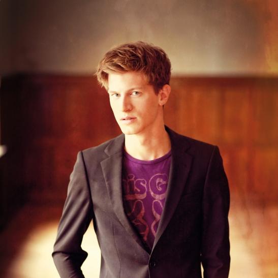 Pianist Alexander Krichel auf Burg Linn. (Foto: Copyright bei Uwe Arens/ SONY Classical.)