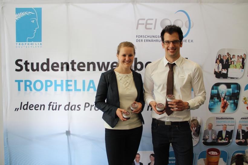 """Mona Benger und Marcel Lesch präsentierten ihr Dessert """"MoCoChoCo"""" beim Ideenwettbewerb Trophelia. (Foto: FEI e.V. Bonn)"""