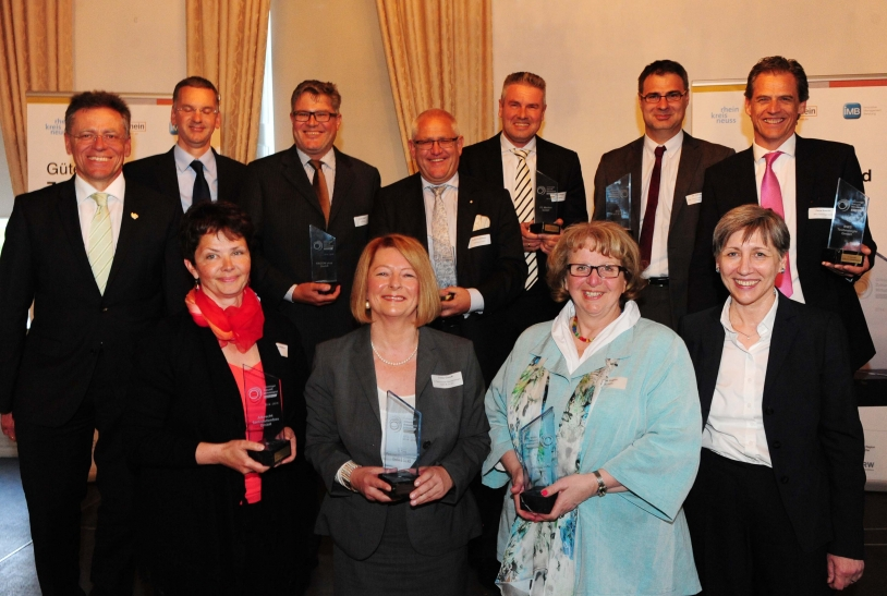 Landrat Hans-Jürgen Petrauschke (l.) mit Vertretern der erfolgreich zertifizierten Unternehmen (Foto: L. Berns / Rhein-Kreis Neuss)