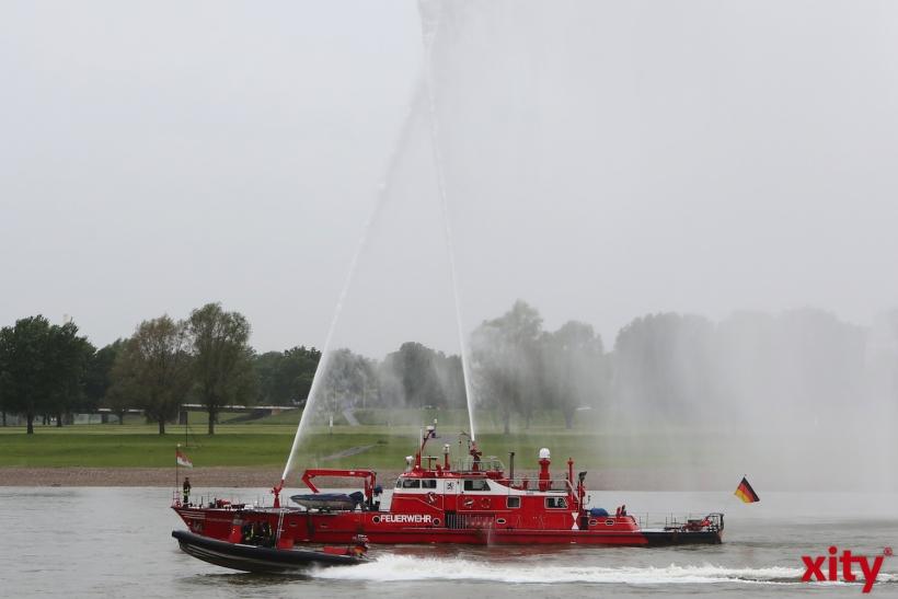 Das Feuerlöschboot flankiert auf dem Rhein (xity-Foto: D. Creutz)