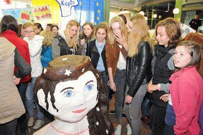 """Bocholts erste stv. Bürgermeisterin Christel Feldhaar eröffnete die Ausstellung """"Europäische Köpfe"""" im Foyer des Rathauses.(Foto: Pressedienst Stadt Bocholt)"""