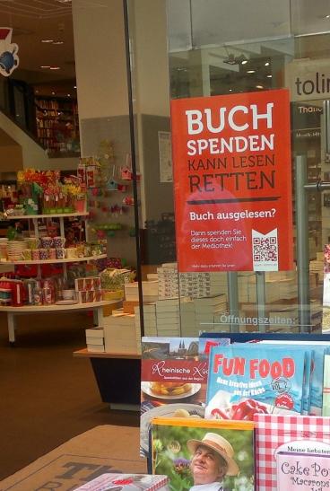 """Der Aktion """"Buch spenden kann Lesen retten"""" des Fördervereins der Mediothek und zweier Werbeagenturen für die Mediothek Krefeld wird jetzt auch von Buchhandlungen unterstützt. (Foto: Stadt Krefeld)"""