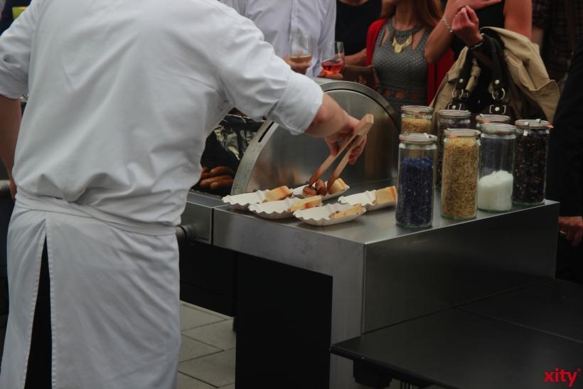 Für dei Gäste gibt es auch Bratwurst, frisch vom Grill (xity-Foto: P. Basarir)