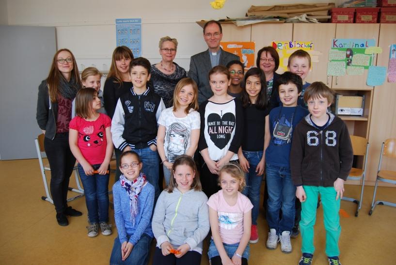 Weihbischof Karl Borsch besuchte die Kinder im Religionsunterricht der Krefelder Südschule. (Foto: Stadt Krefeld)