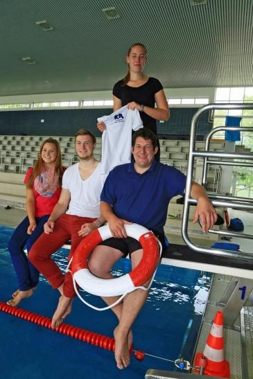 Freuen sich auch schon auf die Freibad-Saison. Die neuen Mitarbeiter im Badezentrum (von links): Julia Schnepper, Tim Schnepper, Carina Keller, Christian Mosebach. (Foto: Lothar Strücken)