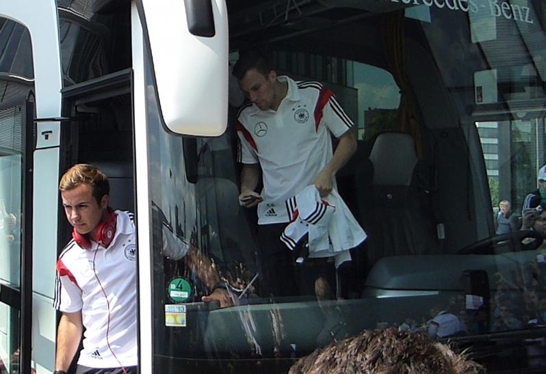 Mario Götze steigt aus dem Mannschaftsbus (xity-Foto: P.I.)