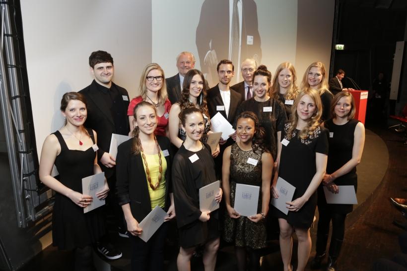Bachelor-Absolventin Alena Kalkum (hintere Reihe, 2. v. r.) und Masterabsolventin Kristina Rem (vordere Reihe, 2. v. l.) gewannen den Wilhelm-Lorch-Preis. (Foto: Thomas Fedra)