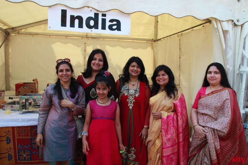 Kunterbunt: Im Sari zeigten sich die Damen am Indischen Stand (xity-Foto: P. Basarir)
