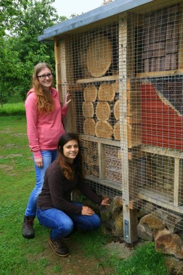 Christine Gering (links) und Sara Strücker vor ihrem Insektenhotel. (Foto: Lothar Strücken)