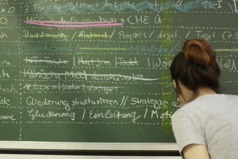 Bevor es losgeht, halten die Teilnehmer ihre Ziele auf einer Tafel fest. (Foto: Dr. Christian Sonntag)