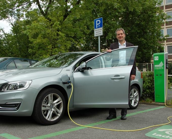 Umweltdezernent Dr. Ralf Krumpholz geht mit gutem Beispiel voran. Seit einigen Tagen fährt er ein umweltfreundliches Hybridfahrzeug mit kombiniertem Elektro- und Dieselmotor. (Foto: Katarina Schmidt)