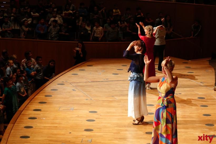 """Sie Choaches aus den Klassen stehen auch mit auf der Bühne und unterstützen """"Ihre"""" Schüler (xity-Foto: D: Creutz)"""