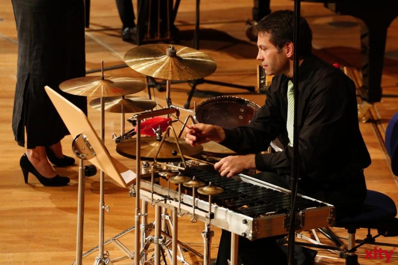 Musikalisch begleitet werden die Schüler auf der Bühne von einem Schlagzeug....(xity-Foto: D. Creutz)
