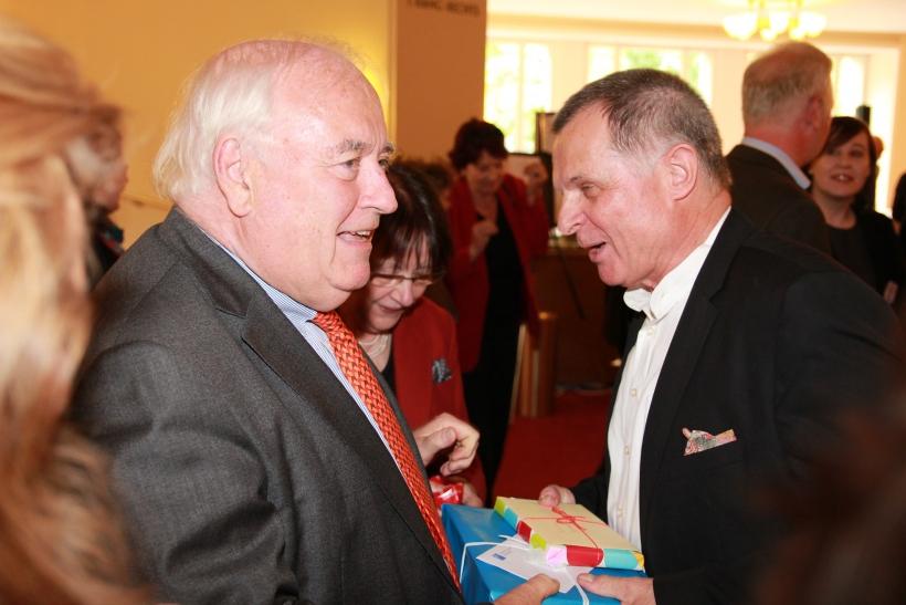 Düsseldorfs Bürgermeister Friedrich G. Conzen überreichte Jochen Grote ein Abschiedsgeschenk (xity-Foto: P. Basarir)