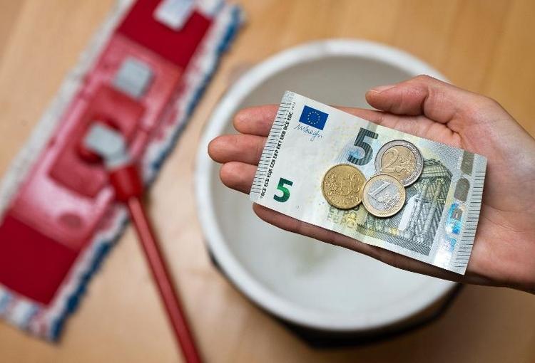 Wohlfahrtsverband fordert Mindestlohn über 13 Euro (© 2014 AFP)