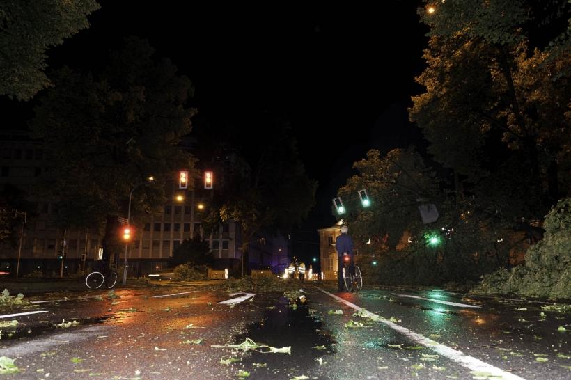 Viele Menschen waren unterwegs, um die Urgewalt der Schäden zu fotografieren,...