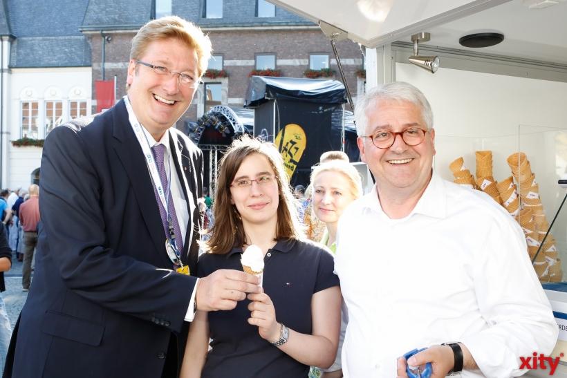 Dirk Elbers (l) und Giuseppe Saitta verteilten Eis (xity-Foto: D. Creutz)