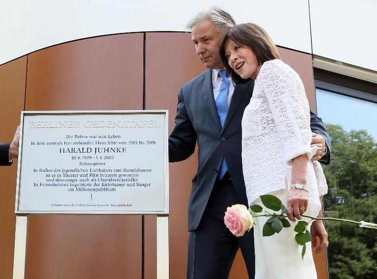 Berlin: An Harald Juhnke erinnert jetzt eine Gedenktafel (© 2014 AFP)