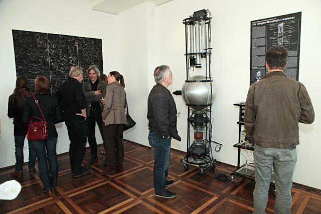 Die Installation im Raum an der Virchowstraße 130 wird bis zum Ende der Ausstellung auch von außen sichtbar sein. (Foto: Ralf Janowski)