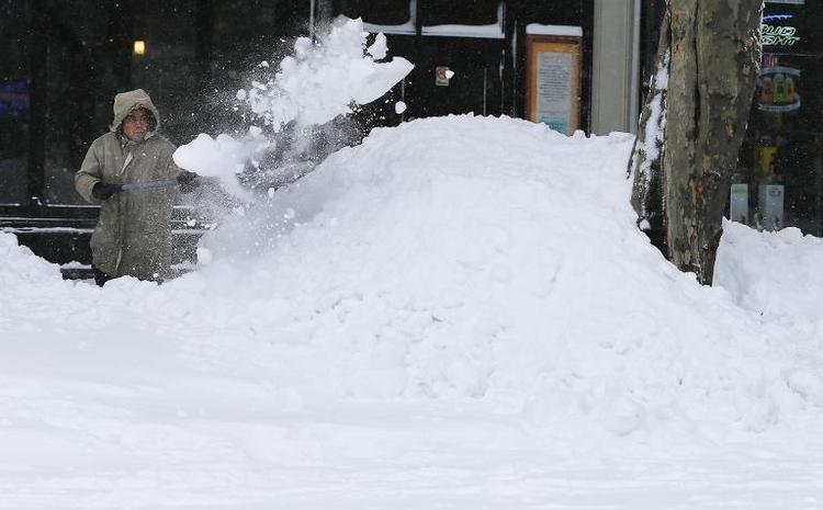 """Schneeschippen auf öffentlichem Gehweg """"haushaltsnah"""" (© 2014 AFP)"""
