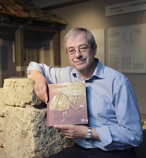 """Dr. Christoph Reichmann, Archäologe und Leiter des Museums Burg Linn in Krefeld, hat sein neuestes Buch """"Römer und Franken am Niederrhein"""" vorgestellt. (Foto: Lothar Strücken)"""