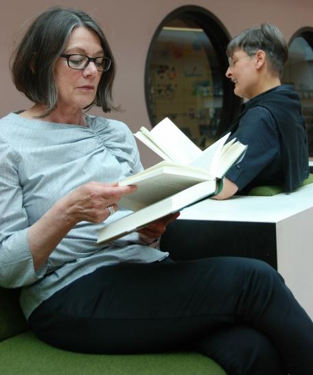 Helga Krall (vorne) und Anette Ostrowski organisieren den Literarischen Sommer in Krefeld. (Foto: Lothar Strücken)