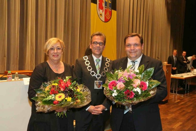 Oberbürgermeister Gregor Kathstede verpflichtete laut Gemeindeordnung NW die neuen Ratsmitglieder zur gesetzmäßigen und gewissenhaften Wahrnehmung ihrer Aufgaben. (Foto: Lothar Strücken)