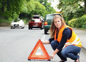 Ab dem 1. Juli gilt in Deutschland die Warnwestenpflicht. Bei einer Panne oder einem Unfall erhöht diese die eigene Sicherheit. Daher sollte die Weste stets griffbereit im Fahrzeug verstaut werden.(Foto: Pressestelle Soest)