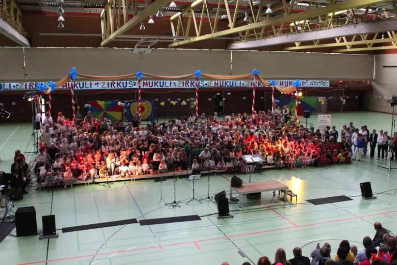 Über 600 junge Sänger aus 34 Kindertagesstätten, acht Grundschulen, zwei Früherziehungsgruppen und dem Kinderchor der Musikschule standen gemeinsam auf der Bühne. (xity-Foto: E. Aslanidou)