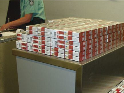 Zoll findet über 10.000 Zigaretten bei Copiloten (Foto: Zollamt Düsseldorf)