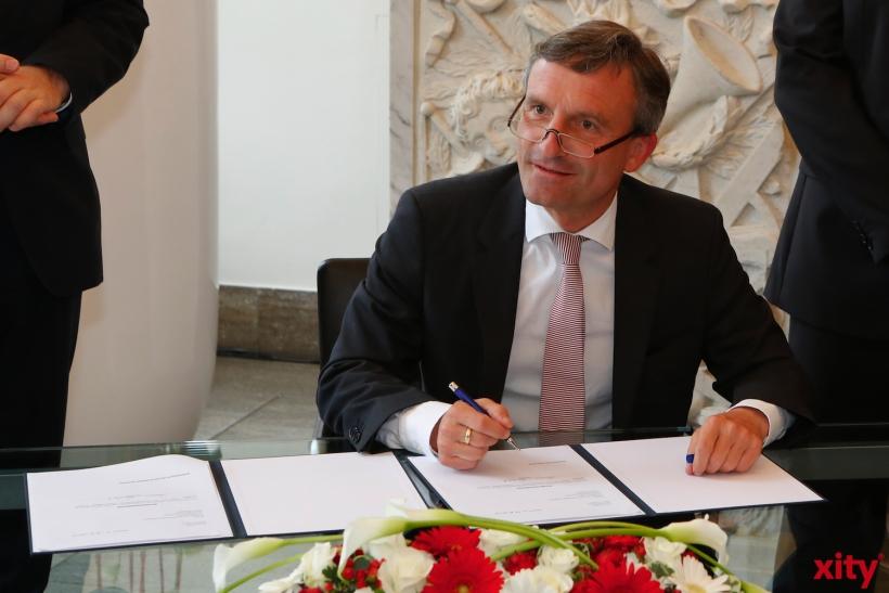 Thomas Geisel bei der Unterzeichnung der Annahmeerklärung im Rathaus (xity-Foto: D. Creutz)