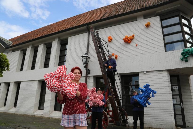 """Über 30 Frauen zwischen 52 und 94 Jahren haben nach einem Zeitungsaufruf ein """"Krefelder Riff"""" für die neue Ausstellung im Deutschen Textilmuseum gehäkelt. (Foto: Lothar Strücken)"""