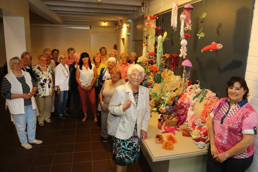 Deutsches Textilmuseum: Krefelderinnen häkeln ihr Riff für die neue Ausstellung. (Foto: Lothar Strücken)