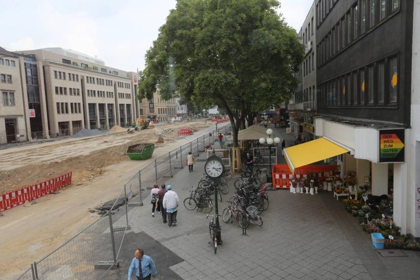 Baufortschritt an der Baustelle UdU (Unter der Uhr): Die alte Haltestelle ist weitgehend abgebaut, die Kreuzung Ostwall / St.-Anton-Straße wieder befahrbar. (Foto: Lothar Strücken)
