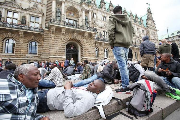 Hamburg hat große Probleme bei Flüchtlings-Unterbringung (© 2014 AFP)