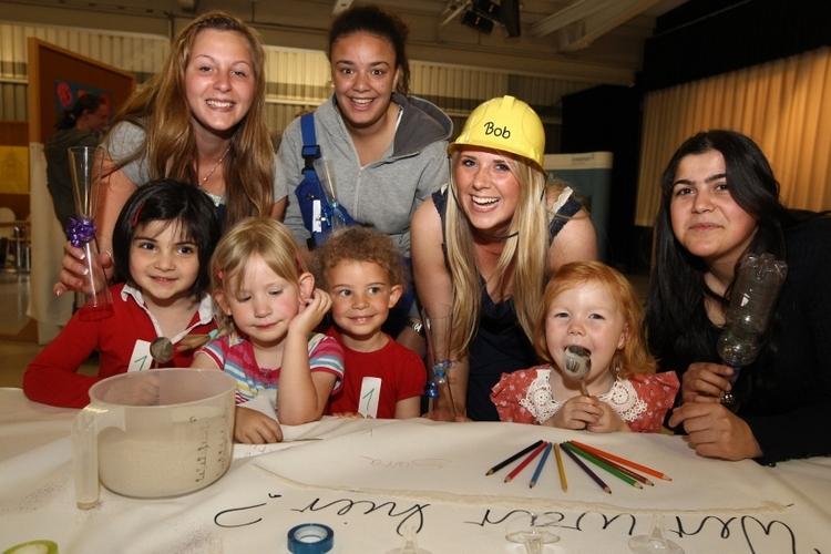 """Letztes Jahr experimentierten die Kinder zum Thema """"Zeit"""" (Foto: Lothar Strücken)"""