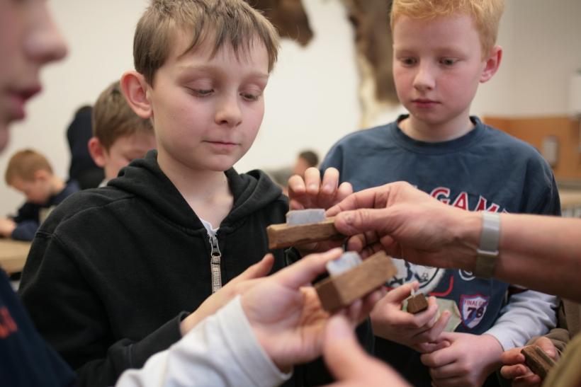 Keine Langeweile in der Steinzeitwerkstatt (Foto: Neanderthal Museum)