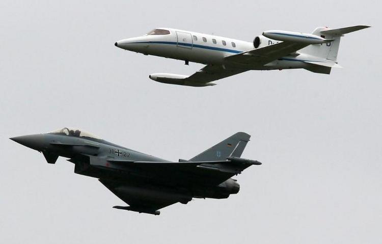 Kleinflugzeug nach Kollision mit Kampfjet abgestürzt (© 2014 AFP)