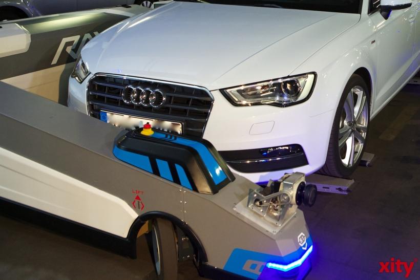 Der Roboter passt sich der Autogröße an (xity-Foto: D. Creutz)