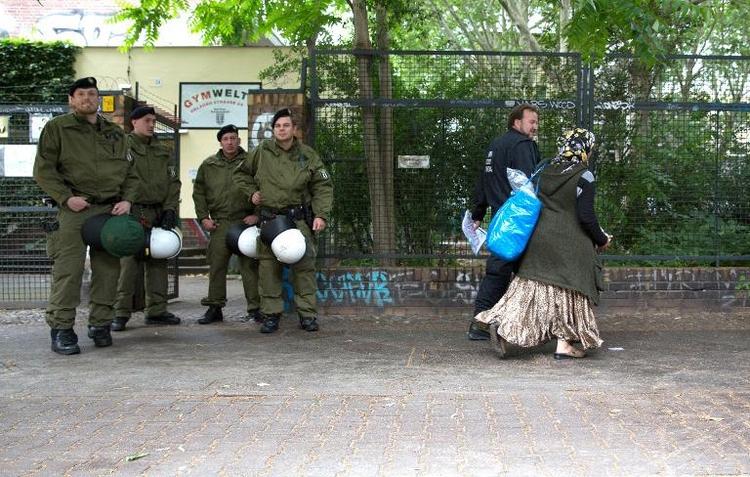 Flüchtlinge verlassen zum Teil Berliner Schule (© 2014 AFP)