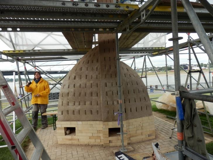 """Nina Holes Feuerskulptur geht in die """"heiße Phase"""" (Foto: Hetjens Museum)"""